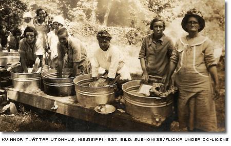kvinnor tvättar utomhus, missisippi 1927