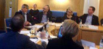 Socialminister Göran Hägglund kollar presentationen