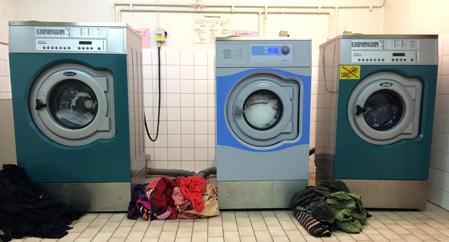 tvätt och tvättmaskiner i tvättstugan