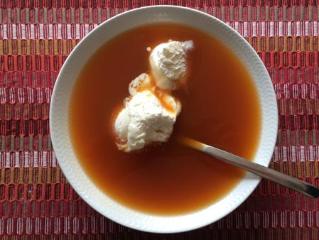 en tallrik nyponsoppa med glass
