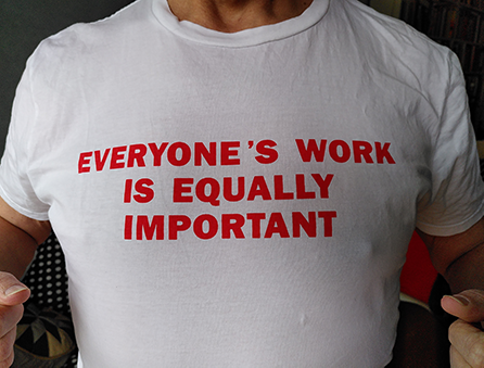 t-shirt med texten everyone's work is equally important