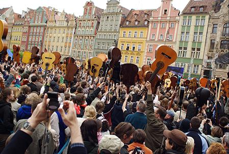 mer än tusen gitarrister på torget i Wroclaw