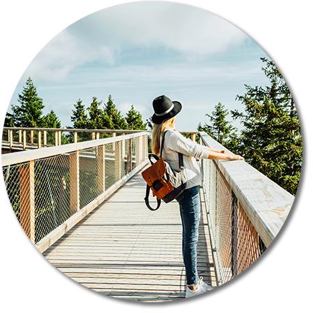 kvinna på hög bro